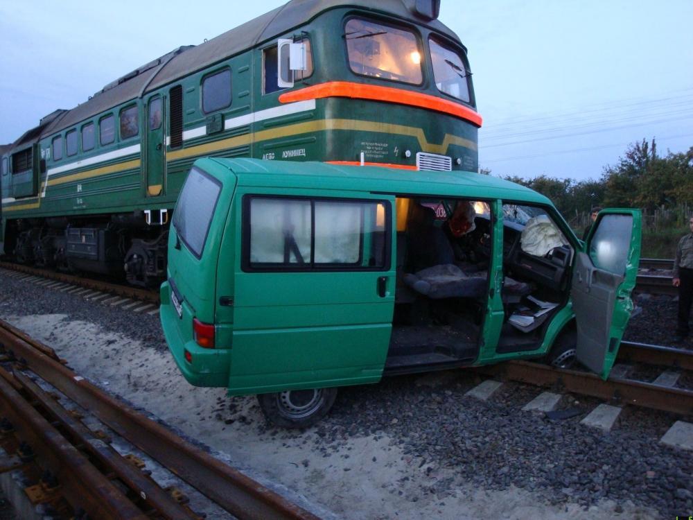 В Гомеле тепловоз разнес микроавтобус (3 фото) .
